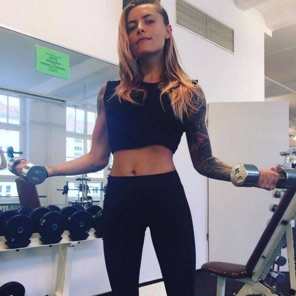 Mit Kurzhanteln stärkt Sophia Thomalla besonders ihre Oberarmmuskulatur. Erste Erfolge sind definitiv zu sehen!
