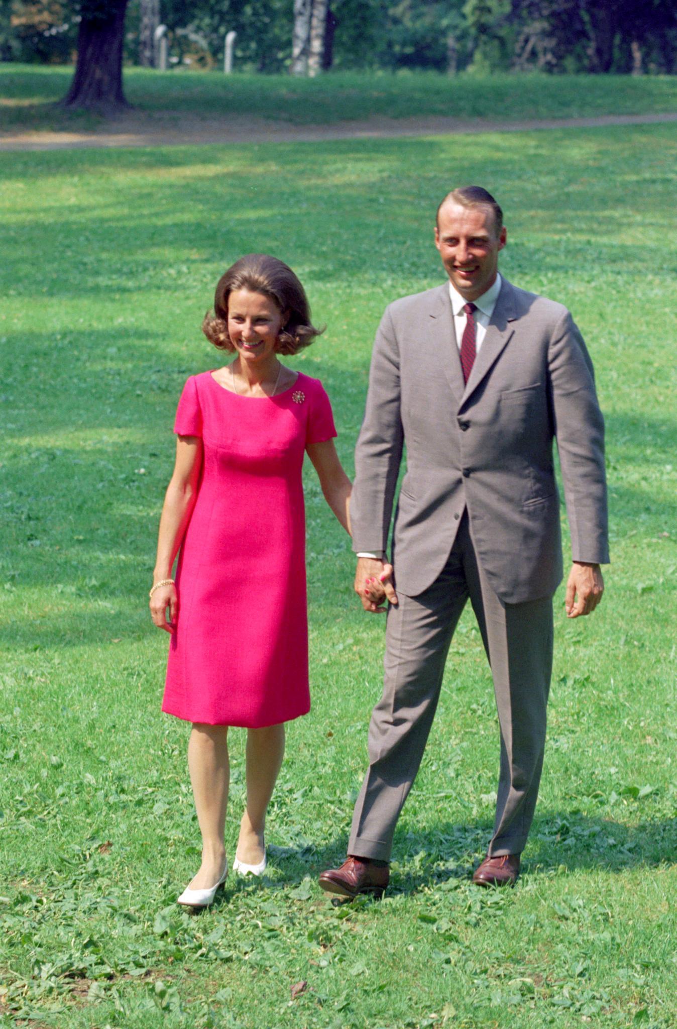 Etwas schüchtern, aber strahlend zeigen sich Sonja Haraldsen und Prinz Harald 1968 bei ihrer offiziellen Verlobung. Händchenhalten inklusive.