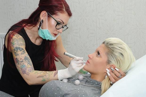 """Inhaberin und Beauty-Expertin Sarah Ziebart bei der Arbeit in ihrem Studio """"Pavo Cosmetics"""" in Oberhausen."""