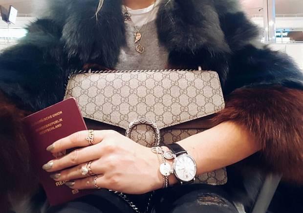 """Ready, steady, go: Sue Giers ist samt """"Dionysus Bag"""" von Gucci startklar für die Fashion Week."""