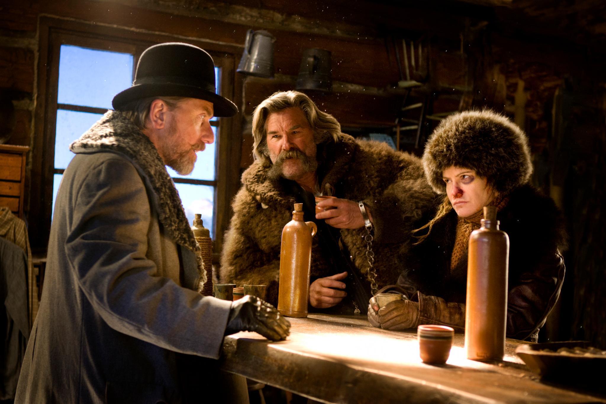 """Ab dem 28. Januar im Kino: """"The Hateful 8"""", Tarantinos aktueller und achter Film. Kurz nach dem amerikanischen Bürgerkrieg suchen acht brutale Männer und die Gefangene Daisy auf einer Hütte Schutz vor einem Schneesturm. Das Treffen endet in einem heftigen Showdown."""