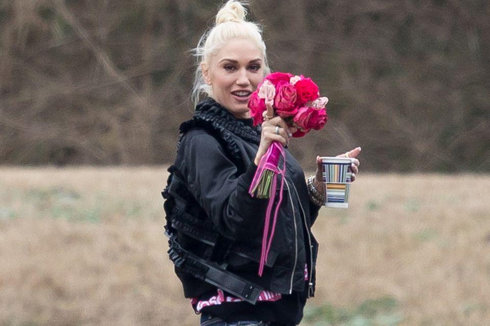 Gwen zeigt ihren Brautstrauß