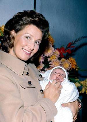 Happy End 1971: Kronprinzessin Sonja verlässt mit ihrer Tochter Märtha Louise das Krankenhaus in Oslo.