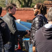 """Ein lockeres Händeschütteln zur Begrüßung? Connor Cruise besuchte seinen berühmten Vater am Set zu """"Jack Reacher"""" in New Orleans."""