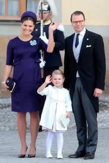 Prinzessin Victoria, Prinzessin Estelle und Prinz Daniel winken fröhlich in die Kameras.