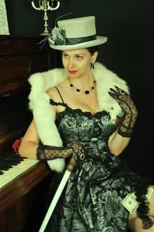 Dina in einem ihrer Burlesque-Outfits
