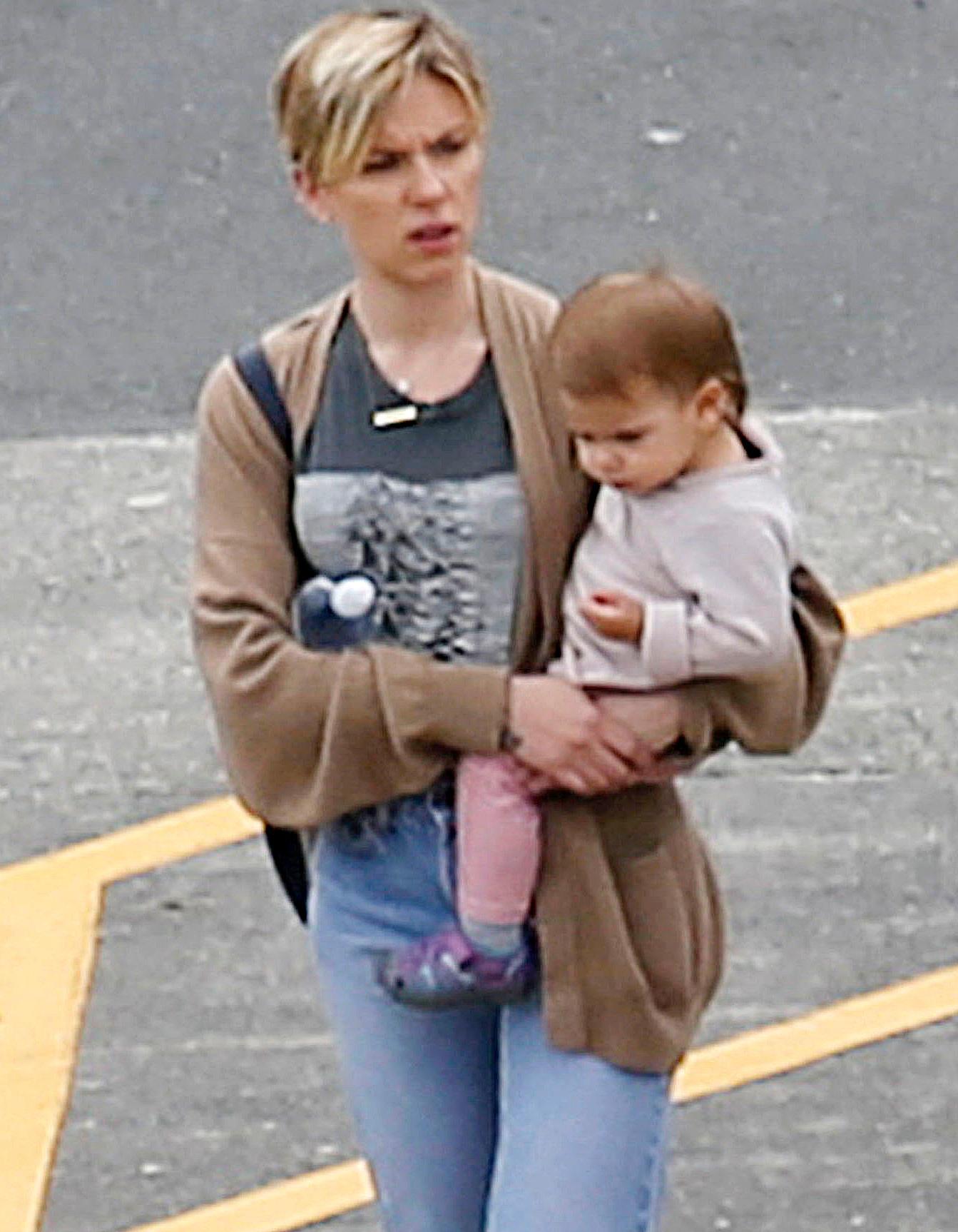 Scarlett Johansson trägt ihre Tochter Rose.