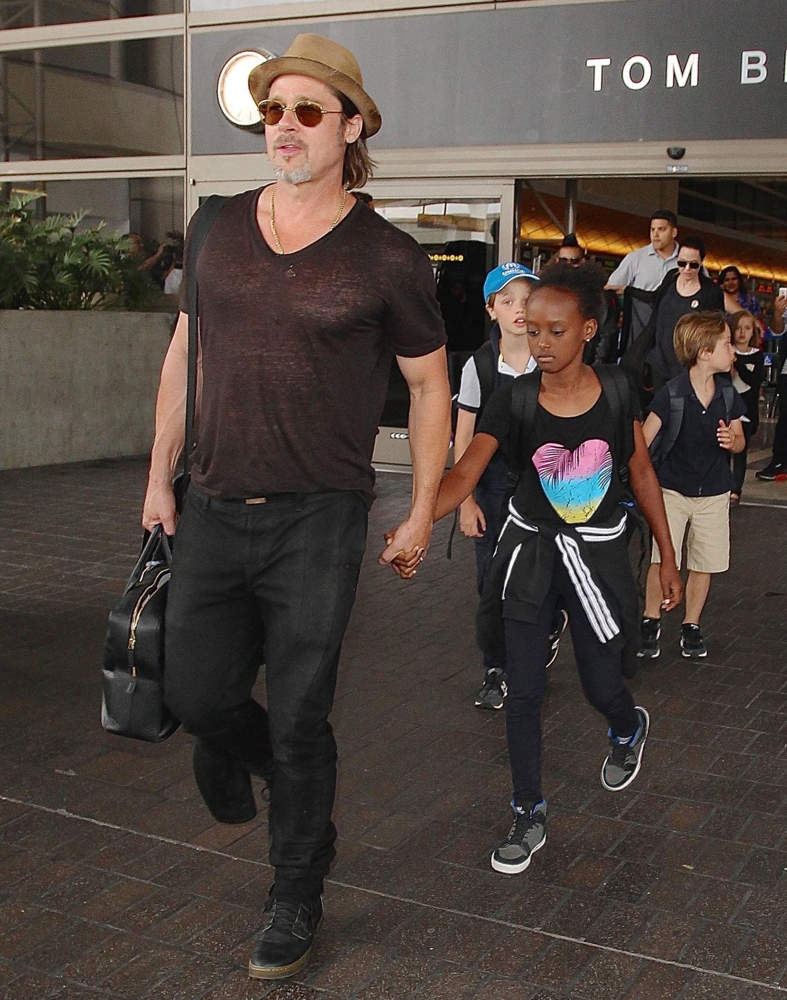 Brad Pitt und Angelina Jolie mit ihren Kindern