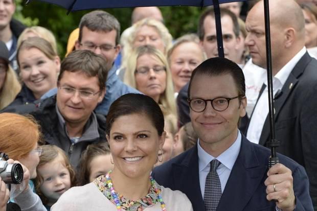 Prinz Daniel trägt seiner Frau den Schirm ...
