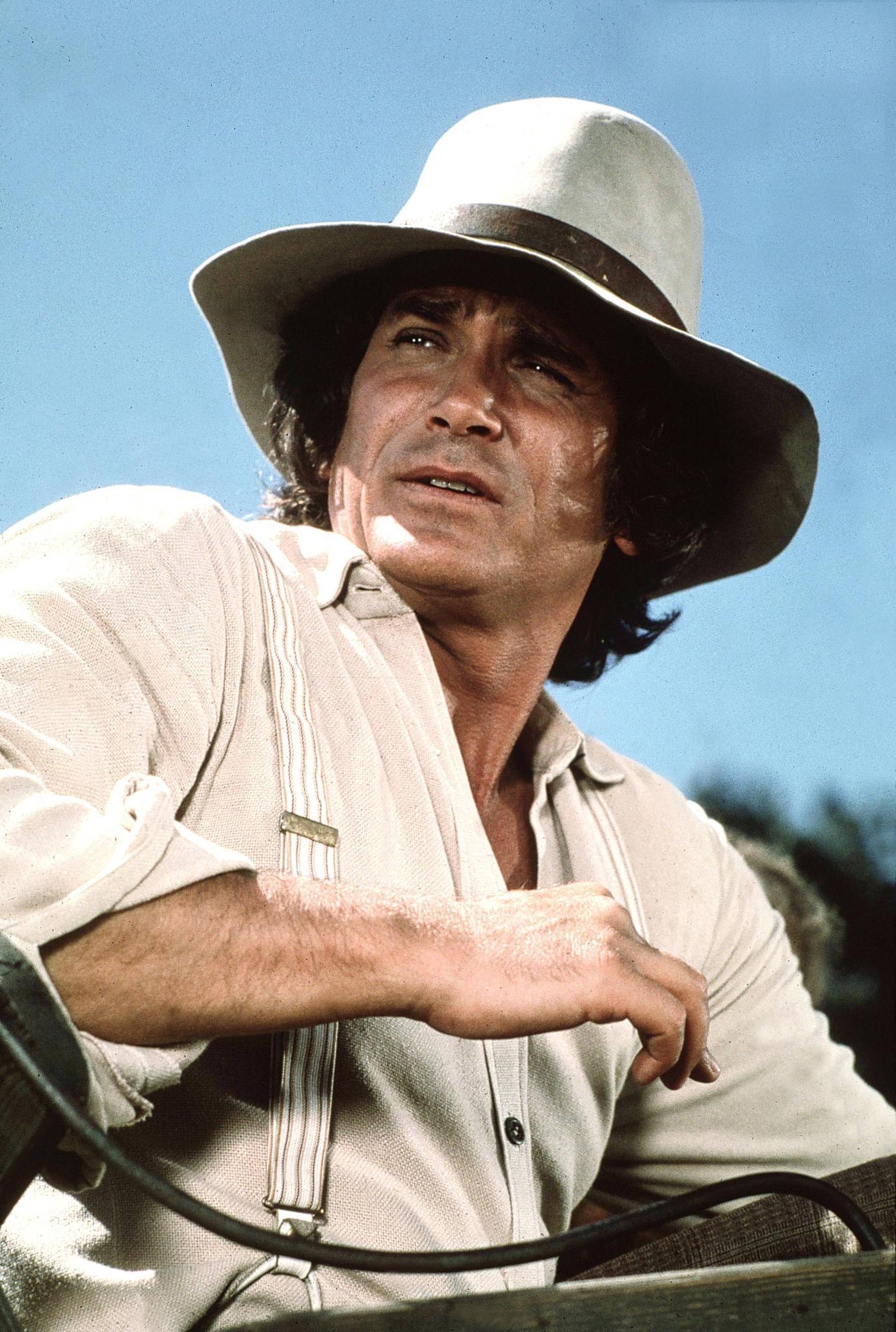 """""""Pa"""" Charles Ingalls war ein hart arbeitender Mann und seinen Töchtern ein guter Vater - die beliebteste Vaterfigur Amerikas. Der Schauspieler Michael Landon schrieb, produzierte und drehte Episoden von """"Unsere kleine Farm"""". 1991 starb er im Alter von nur 54 Jahren an Krebs."""