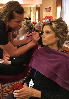 Auch wenn drumherum der Make-up-Wahnsinn tobt: Cathy Hummels lässt sich in der Maske nicht aus der Ruhe bringen und bleibt ganz der Profi.