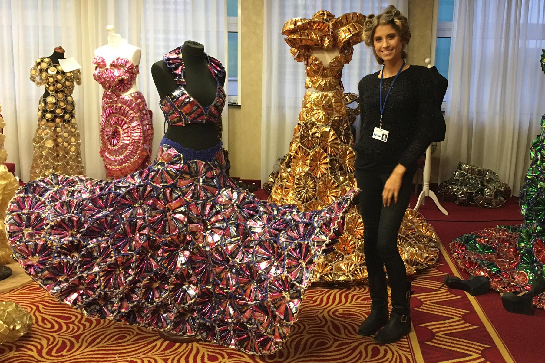 """Kurz vor der """"Lambertz Monday Night"""" steht für Cathy Fischer das Fitting an. Sie sieht ihr Kleid des ungarischen Designers Peter Mero - der unter anderem auch eine 25 Kilogramm schwere Lebkuchen-Robe mit nach Köln gebracht hat - erst am Tag der Show und bewundert dabei auch all die anderen spektakulären Kreationen."""