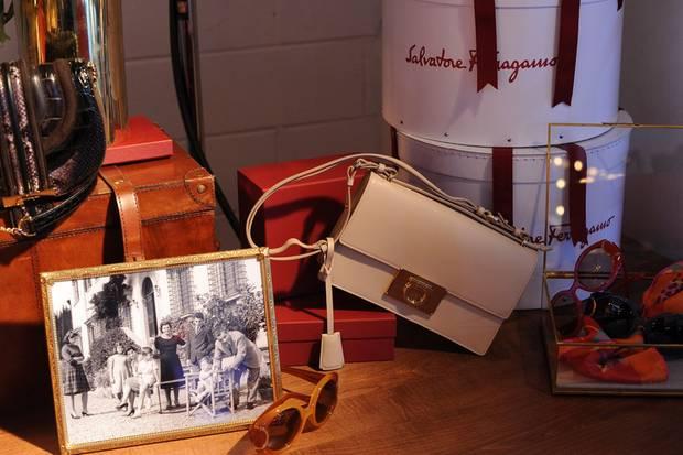 Style und Nostalgie: Die aktuellen Accessoires inszenierte man in New York mit Familienfotos von Salvatore