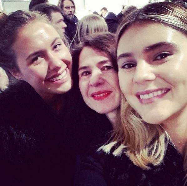 Backstage herrscht währenddessen schon allerbeste Stimmung. Dass sie gleich auf den Catwalk müssen, scheint die Models Stefanie Giesinger und Alena Gerber nicht aus der Ruhe zu bringen. Sie finden sogar noch Zeit für ein Selfie mit GALA-Redakteurin Stefanie.