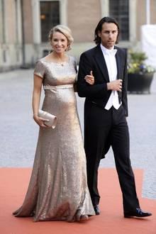 Olivia Rehn, hier mit ihrem Freund Fredrik Olofsson, trug das goldene Abendkleid bei der Traumhochzeit von Prinzessin Sofia und Prinz Carl Philip am 13. Juni 2015.