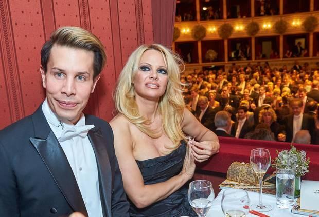 Eine absurde Mischung in einer Loge: Helmut Berger-Ex Florian Wess und Hollywood-Blondine Pamela Anderson.