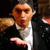 Küsschen! Paradiesvogel Julian F. M. Stoeckel macht den Opernball zu seinem Laufsteg.