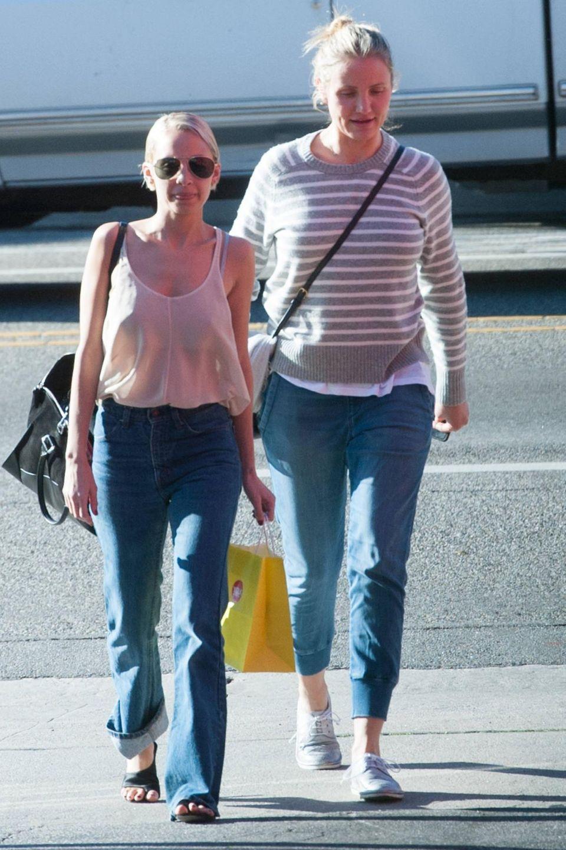 Cameron Diaz und ihre Schwägerin beim Shoppen in Los Angeles. Die Extra-Kilos der Schauspielerin fallen durch den Schlabber-Look nur noch deutlicher auf