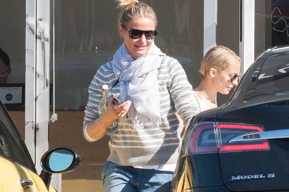 Während Schwägerin Nicole Richie bei der Hitze in L.A. ein dünnes Top trägt, hat Cameron Diaz sogar noch einen Schal dabei