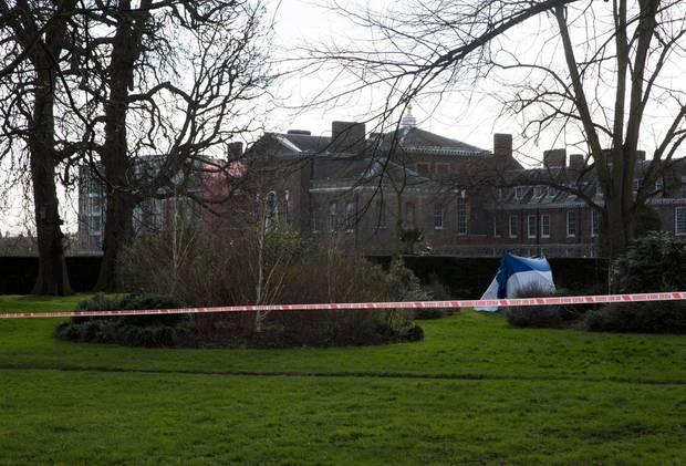 Ein Zelt der Spurensicherung steht im Garten des Kensington Palasts. Hier hatte sich ein Mann am 9. Februar selbst angezündet.