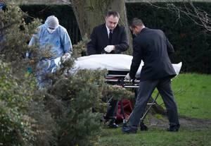 Hier wird die Leiche des Mannes abtransportiert.