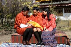 König Jigme von Bhutan, Königsvater Jigme Singye, der kleine Prinz, Königin Jetsun
