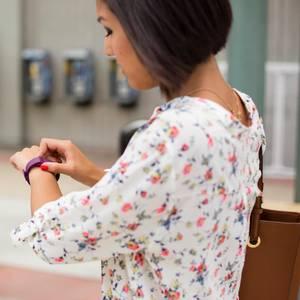 Frau mit Fitbit