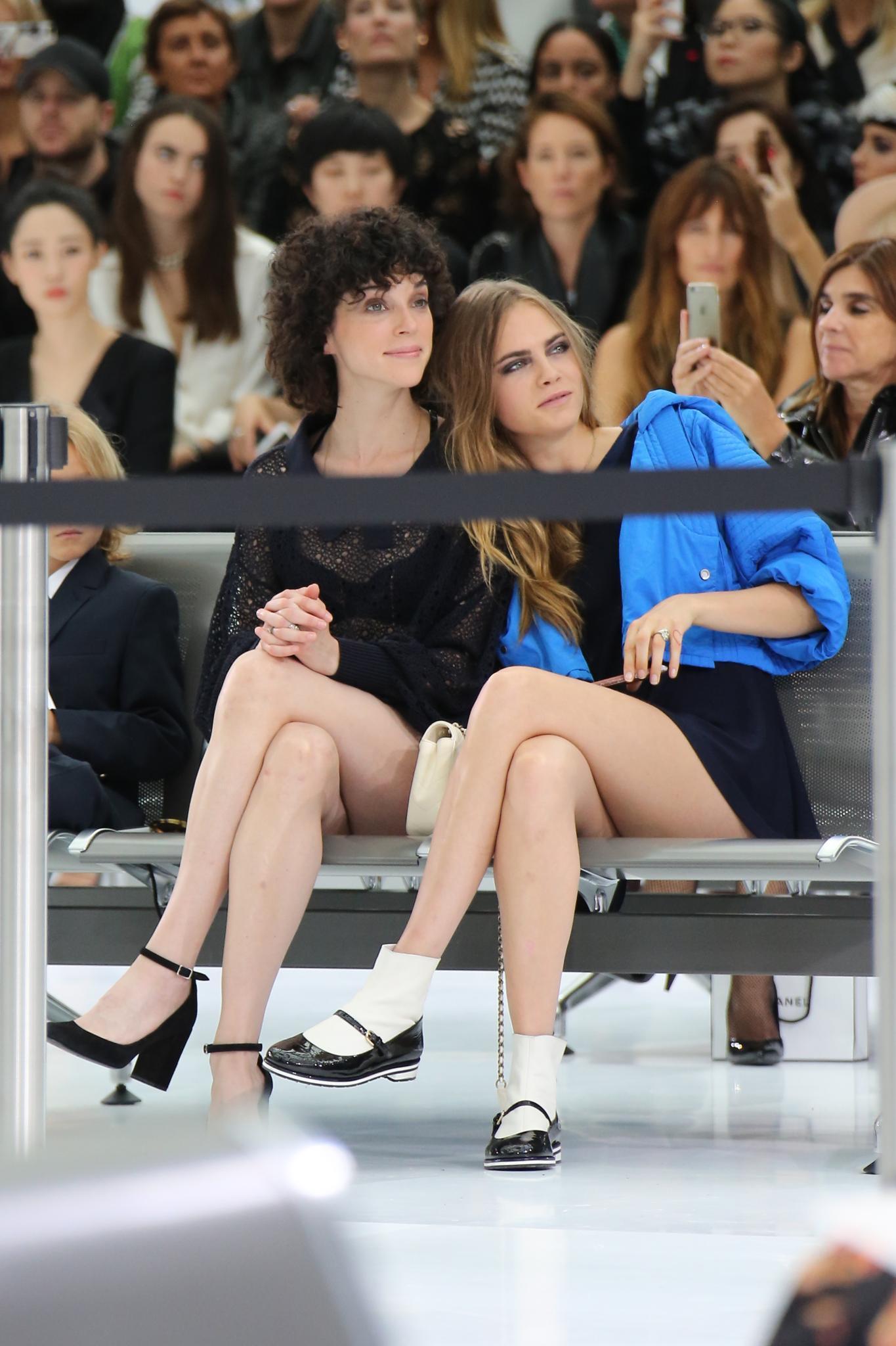 Cara Delevingne und ihre Freundin St. Vincent bei der Chanel-Show während der Pariser Fashion Week