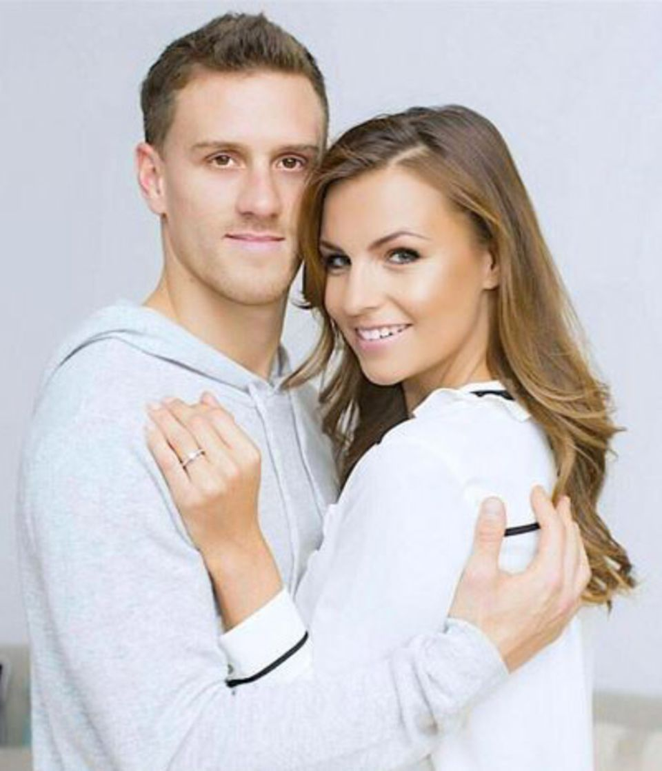 Fußballprofi Simon Zoller und Moderatorin Laura Wontorra