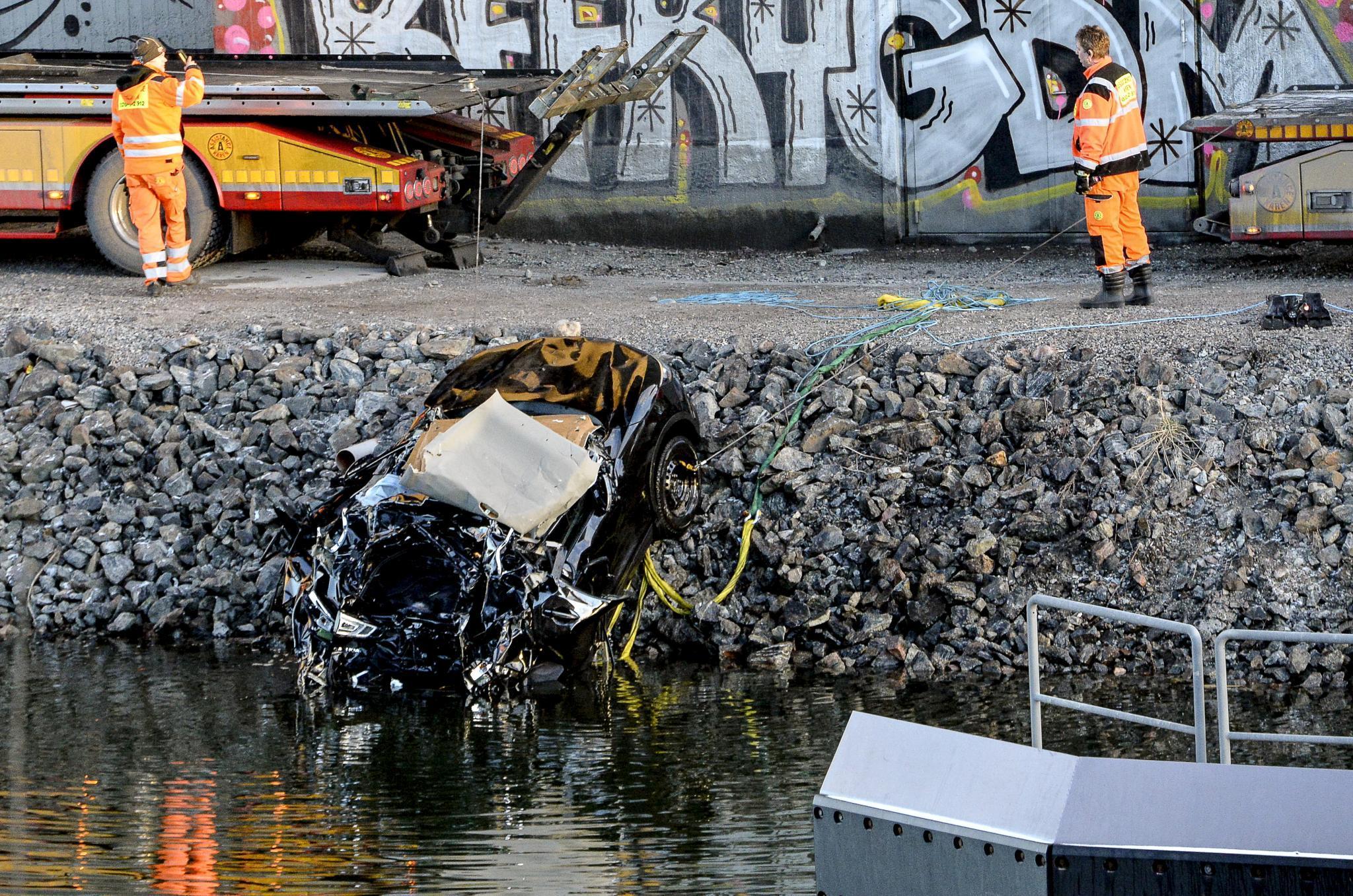 Bergungshelfer ziehen den völlig zerstörten Nissan der Band aus dem Kanal.