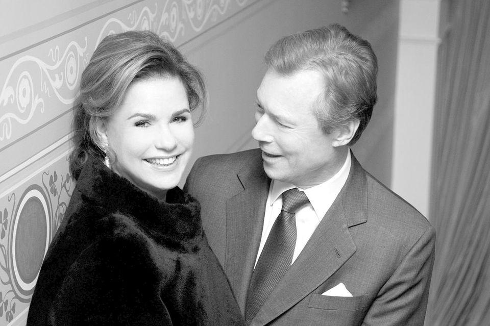 Großherzogin Maria Teresa und Großherzog Henri von Luxemburg wirken auf diesem lächelnden, intimen Bild aus dem Treppenhaus wie ein frisch verliebtes Paar und nicht so, als ob sie auf die Goldene Hochzeit zusteuern.