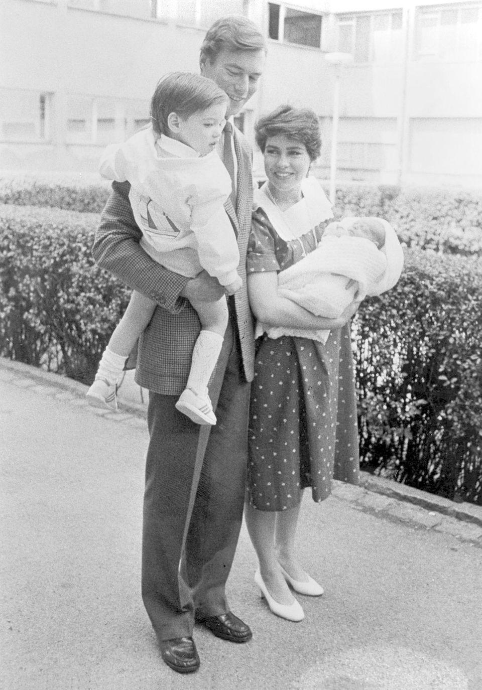 Im Juni 1984 zeigte sich die junge großherzogliche Familie um Henri und Maria Teresa schon mit zweifachem Nachwuchs: Erbgroßherzog Guillaume auf dem Arm seines Vaters, der kleine prinz Felix ist gerade wenige Tage zuvor geboren. Die Mama trägt eine fesche Kurzhaarfrisur.