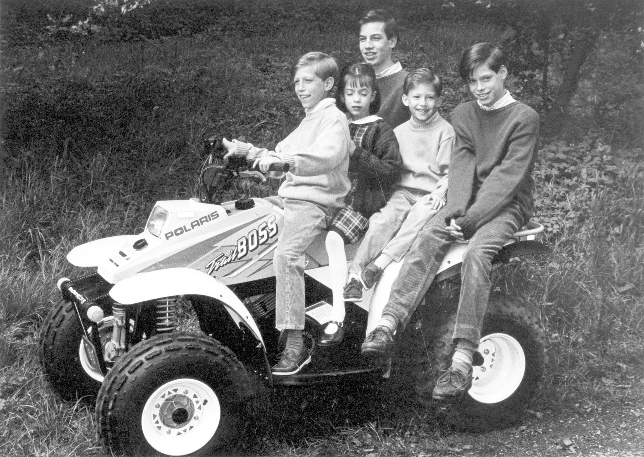 Das Aufwachsen unter Brüdern war für Prinzessin Alexandra sicher nicht immer leicht: Bei dieser Quad-Tour aus dem Jahr 1996 sieht sie zwischen ihren Brüdern Louis, Guillaume, Sebastien und Felix eingeklemmt nicht gerade von der Situation überzeugt aus.