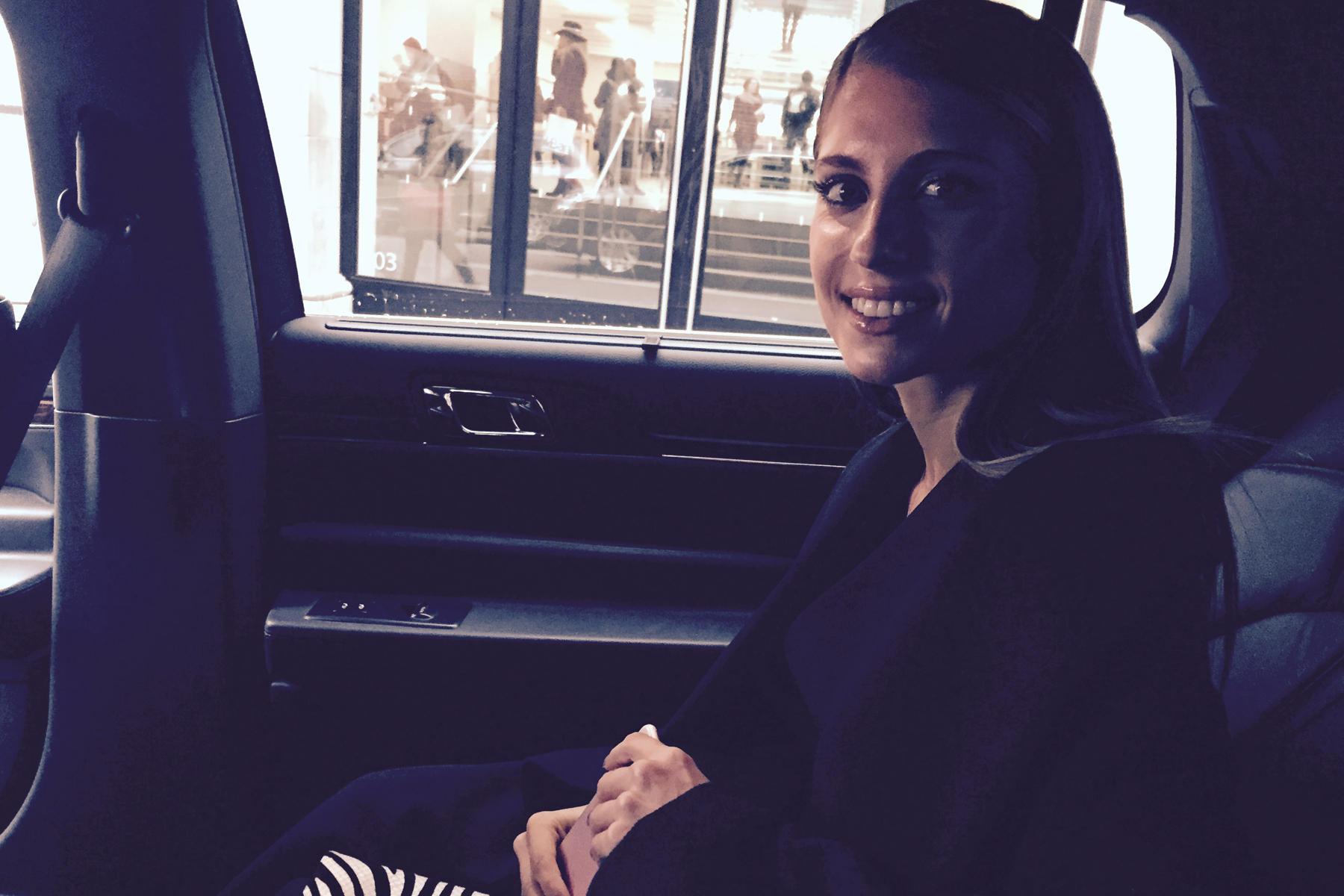 On the road: Cathy auf dem Weg zu ihrem ersten Termin im Rahmen der New York Fashion Week.