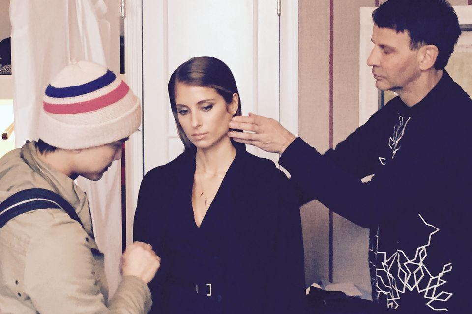 Make-up Artist Bank (li.) und Hair-Stylist Frank legen ein letztes Mal Hand an, danach macht sich Cathy top gestylt auf den Weg in Richtung Fashion Week.