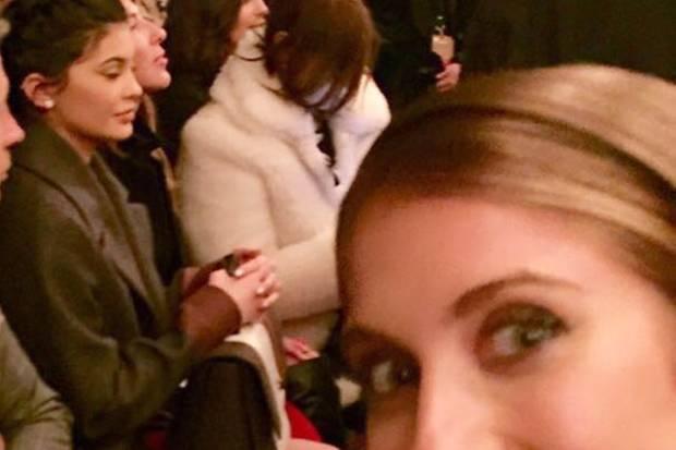 It-Girl-Selfie: Während einer Fashion Show macht Cathy einen witzigen Schnappschuss von sich und Kylie Jenner.
