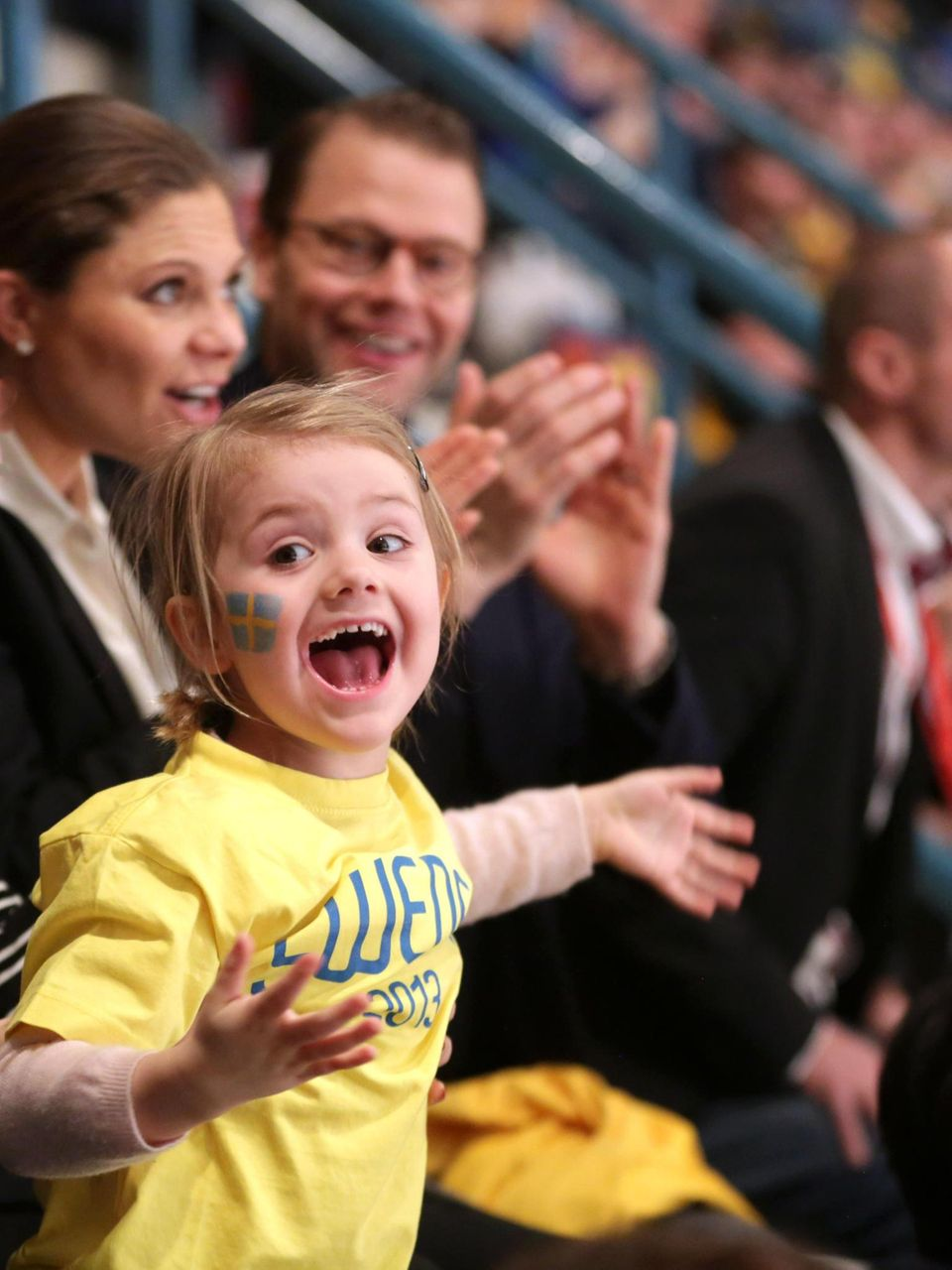 Prinzessin Estelle zeigt sich beim Eishockeyspiel Schweden gegen Finnland als begeisterter Fan des Sports und kann kaum stillhalten