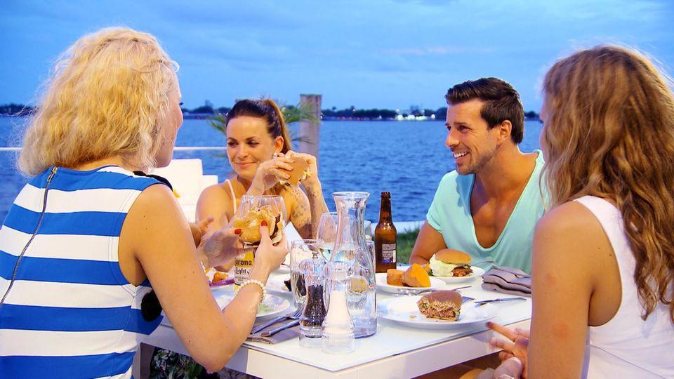"""Cindy, Denise und Leonie Rosella werden von Leonard in der """"Bachelor""""-Villa bekocht."""