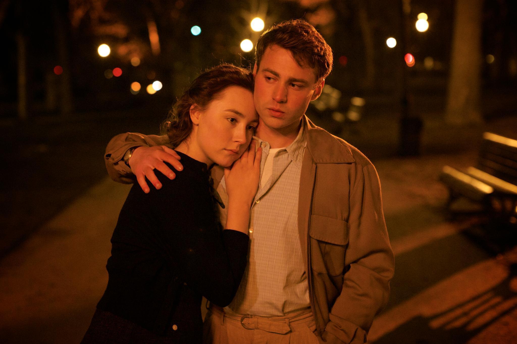 Eilis (Saoirse Ronan) und Tony (Emory Cohen) müssen eine harte Belastungsprobe überstehen