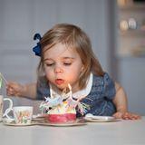 """20. Februar 2016  Grattis Prinsessan Leonore! Die süßen Bilder, die sie mit blauem Kleid und blauer Schleife zeigen, postet Mama Madeleine bei Facebook und schreibt: """"Die Zeit fliegt - unsere Leonore ist zwei. Die allerherzlichsten Geburtstagswünsche zu unserer schönen und süßen Tochter."""""""
