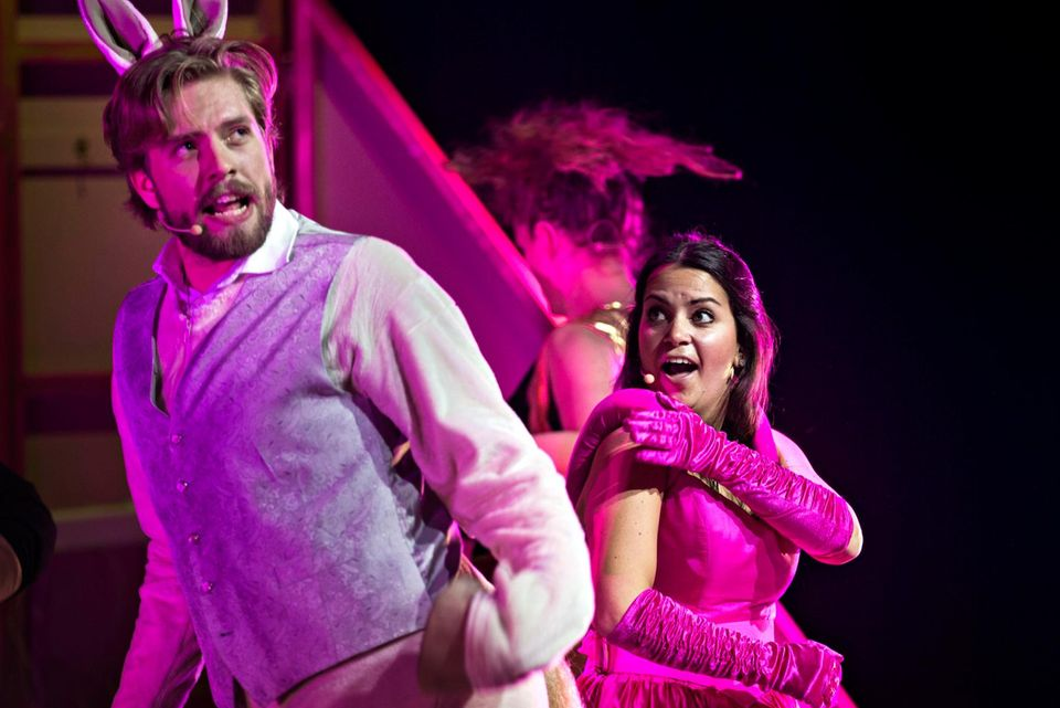 """Jakob Schøyen Andersen und Cecilie Steinmann Neess spielen die Hauptrollen in dem lustig gemeinten Stück """"Märtha - The Musical"""" - sie sind Märtha und das sprechende Pferd."""