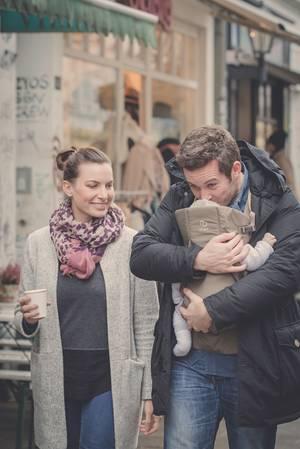 Liebend gern lässt sich der kleine Nicholas von Mama Julia oder Papa Jan Hartmann in dieser Trage transportieren