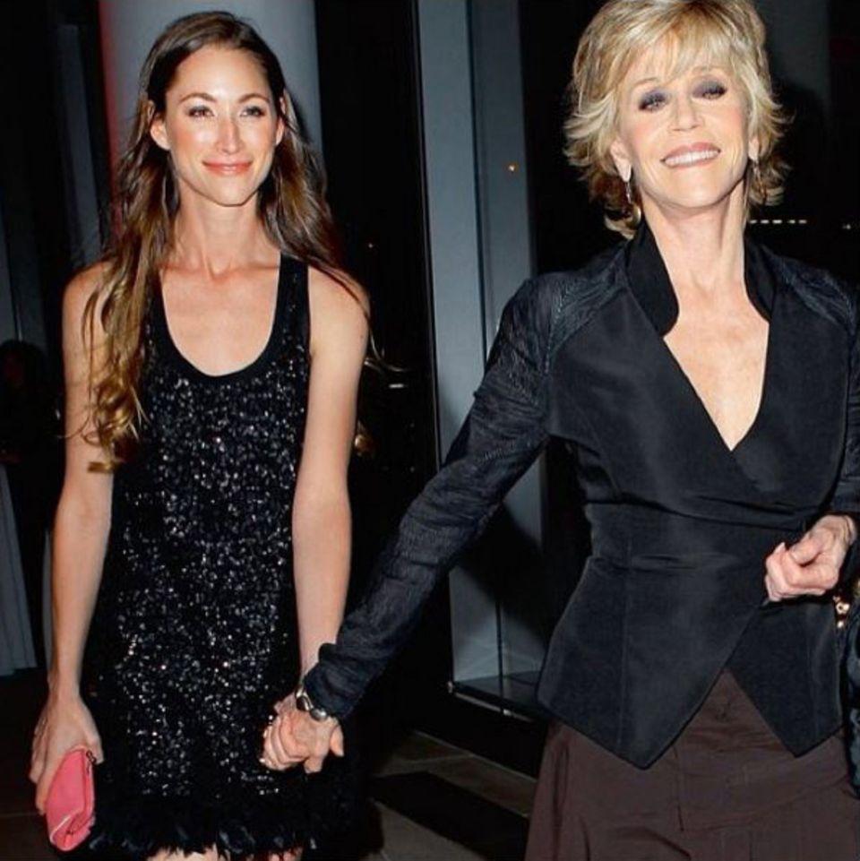 Tara Stiles mit Jane Fonda bei einer Preisverleihung in New York