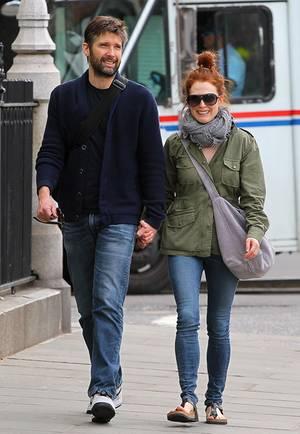 Seit August 2003 ist Moore mit dem Regisseur Bart Freundlich verheiratet.