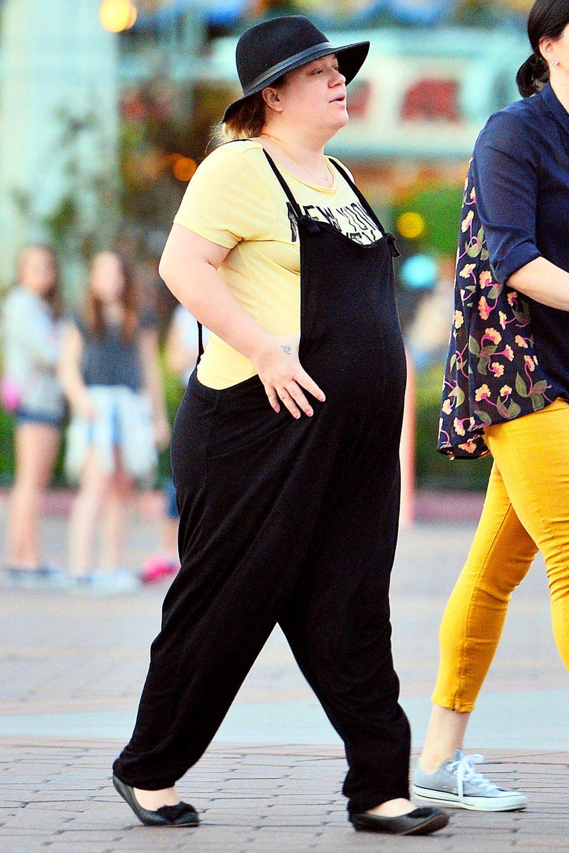 """Ungeschminkt und authentisch: Die schwangere Kelly Clarkson unterwegs in """"Disneyland""""."""