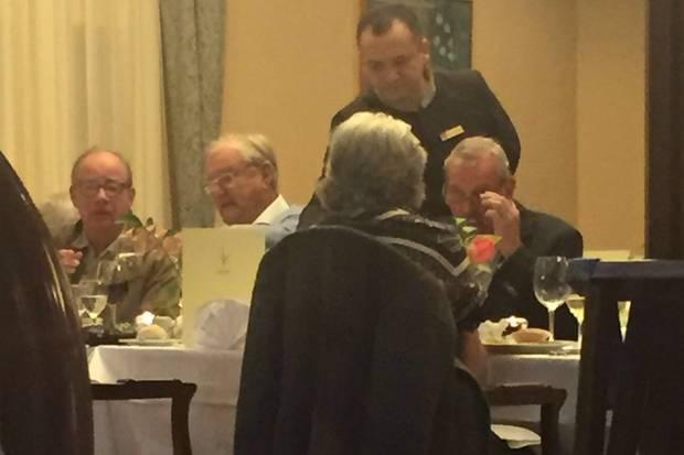 """Prinz Henrik kam ohne seine Ehefrau, dafür mit einigen anderen dänischen Gästen. """"Der Tisch war für 12 Personen reserviert"""", verriet der Insider"""