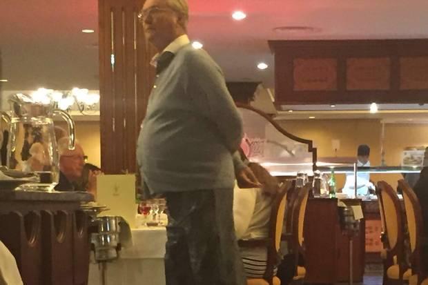 Er könnte auch ein ganz normaler Hotelgast sein. Ganz entspannt schlendert der Prinz durch das Hotelrestaurant