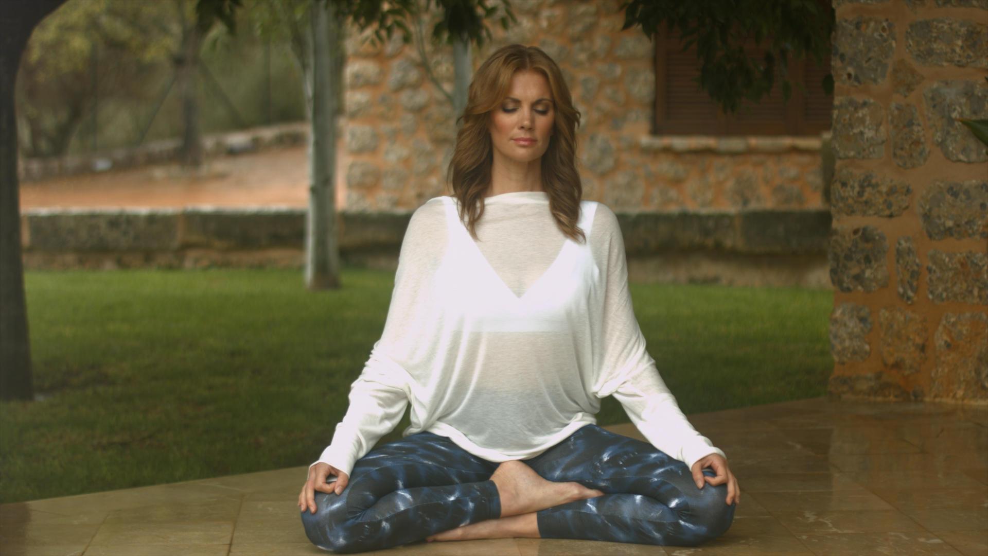 Kerstin Linnartz bei den Aufnahmen für ihre Yoga DVD in Mallorca.