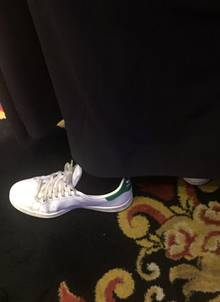 """Ganz schön raffiniert: Unter ihrem langen Abendkleid versteckt Nina Eichinger die bequemen """"Stan Smith""""-Sneaker von Adidas."""