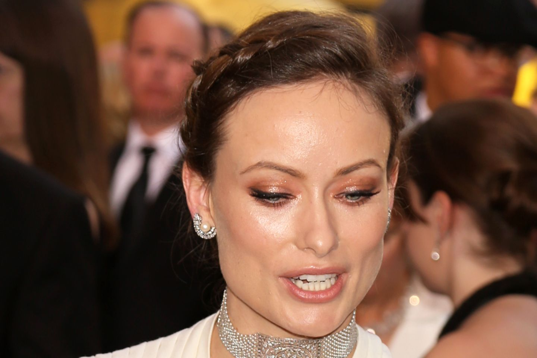 Olivia Wilde lässt auf den diesjährigen Oscars tief blicken und ihr Dekolleté kann sich wirklich sehen lassen! Ein Vampire Breast Lift hat sie nun wirklich nicht nötig.
